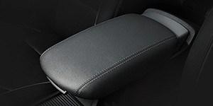 Hyundai i30 Wagon esiistmete vahel asuv libistatav käetugi