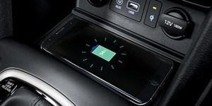 Hyundai Kona keskkonsoolil asub juhtmevaba laadimisalus